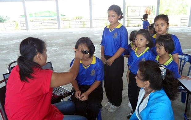 Thantip Wapesung untersucht die Augen der Kinder.