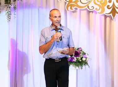 Centara Generalmanager Robert John Lohrmann, eröffnet die Braut- und Hochzeitsausstellung.