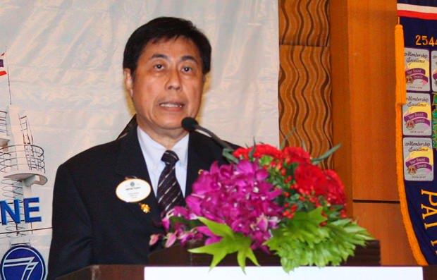Lion Sakchai Taechaweat, der Gouverneur von Lions International 310 C 2013-2014, nimmt die Einführung der neuen Präsidenten vor.