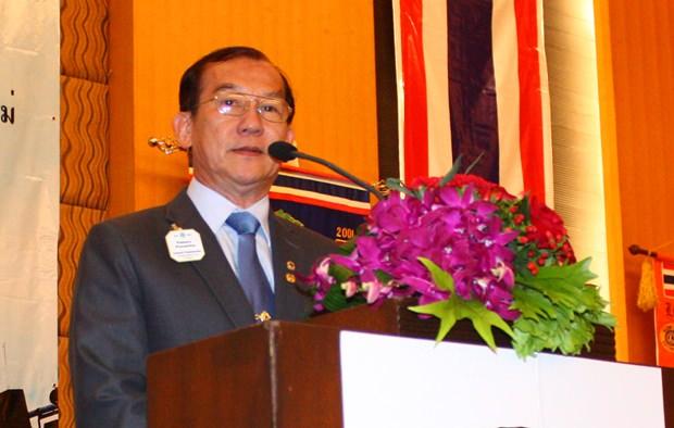 Lion Pakorn Punsema, Vorsitzendes Lion-Rates MD 310 2012-2013 gratuliert den vier Präsidenten.