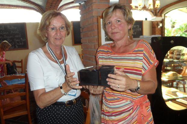 Monika Podleska (links) übergibt Geburtstagskind Evelyn Stäheli im Namen der Plauderstunde ihr Geschenk.