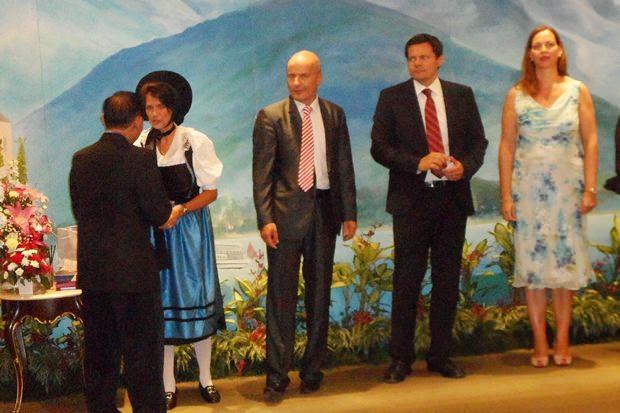 Das Botschafter-Paar begrüßt die Gäste gemeinsam mit leitenden Angestellten der Botschaft.