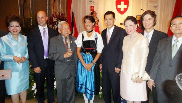 Botschafterin Christine Schraner-Burgener (4. von links) mit dem stellvertretenden Ministerpräsidenten Pongthep Thepkanjana (5. von links) und anderen Ehrengästen.