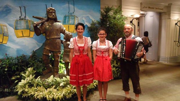 Carina und ihre Eltern beim Vortragen der Nationalhymne.