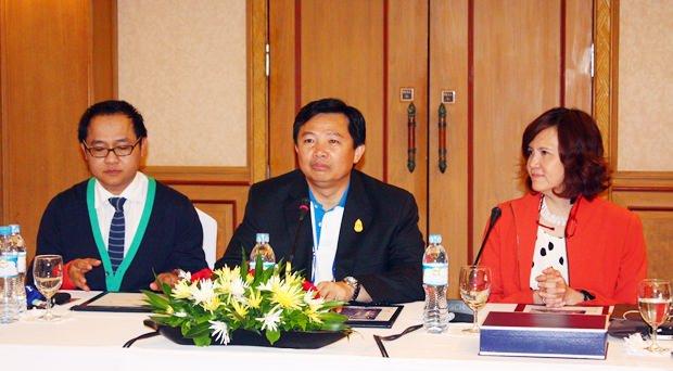 (Von links) TAT-Direktor Attapol Wannakij, Wittaya Kunplome, PAO Präsident Chonburi und Bundarik Kusolwit, THA Präsidentin.