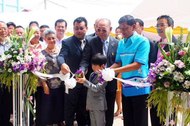 Chao Jiramongkol (Mitte) und seine Familie, sowie Chaowalit Saenguthai zerschneiden gemeinsam das Eröffnungsband.