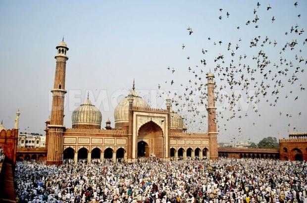 Tausende moslemische Gläubige versammeln sich in Indien vor einer Moschee.