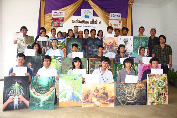 20 Jugendliche, die ins Finale kamen beim Gemeinschaftsfoto mit den Sponsoren und der Jury.