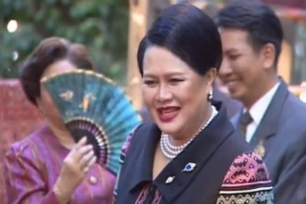 Die Königin trägt auf offiziellen Reisen im In- und Ausland immer exquisite Mode aus Thai-Seide.
