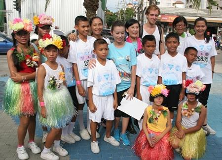 Radchada Chomjinda (Mitte) mit Kindern vom CPDC und Volontären vor dem Start.