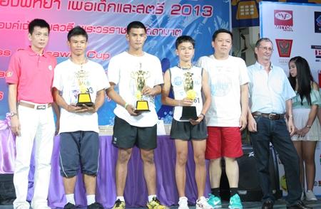 Joseph Roy (ganz rechts) übergibt die Pokale an die jugendlichen Sieger.