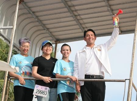 Bürgermeister Ittipol Kunplome und YWCA Präsidentin Praichit Jetapai geben das Startzeichen.