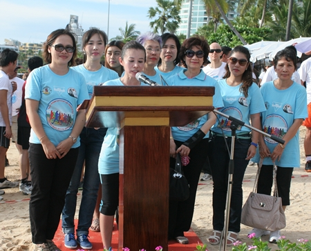 Praichit Jetapai im Kreise einige YWCA Kolleginnen bei ihrer Ansprache.