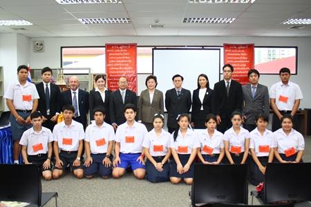 Die neuen Studenten beim Gruppenbild mit dem Generaldirektor des Dusit Thani College, Veera Phasphattanaphanit.