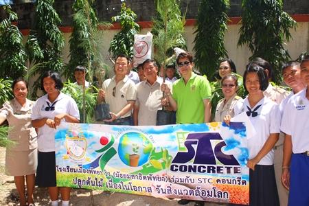 Der geschäftsführende Direktor Ekachai Chaitrakulthong, Schuldirektor Jeerasak Jitsom, und Stadtrat Banjong Banthunprayukt beim Gruppenbild mit Schülern der  Pattaya Schule 11.