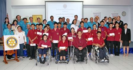 Die Mitglieder des Rotary Club Pattaya beim Gemeinschaftsfoto mit den Empfängern der Stipendien.
