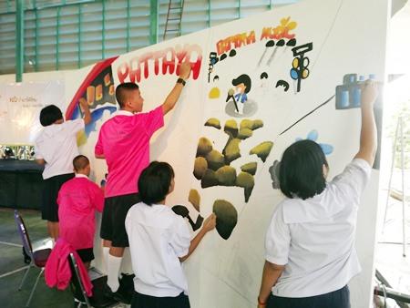 """Schüler Malen auf die """"weiße Wand""""."""