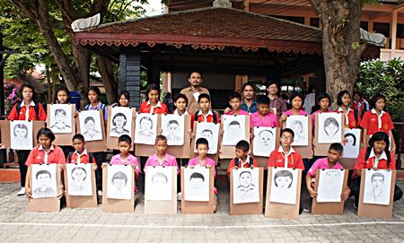 Die Schüler zeigen stolz ihre Kunstwerke.