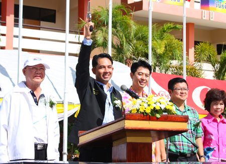 Bürgermeister Ittipol Kunplome (2. von links) feuert den Startschuss ab.