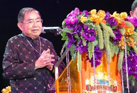Yuwarat Kamolwet, der ehemalige Generaldirektor des Arbeitsamtes gratuliert.
