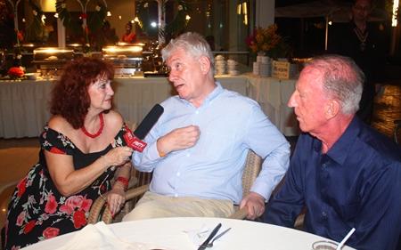 Dr. Jürgen Koppelin (Mitte) beim Fernseh-Interview mit Elfi Seitz von Pattaya Mail. Rechts der Eigentümer des Hotels Gerrit Niehaus.